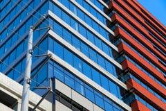 Modernes errichtendes Äußeres mit Rotem und Blauem lizenzfreie stockfotografie