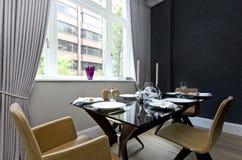 Modernes Esszimmer mit Abendessen gründete für vier Stockfotografie