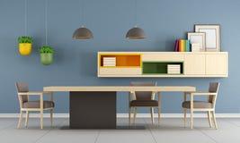 Modernes Esszimmer mit unbedeutender Tabelle Stockbilder