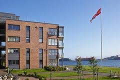 Modernes Fünfgeschosshaus auf dem Seeufer Stockfotografie