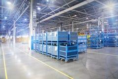 Modernes Fabriklager in der Werkstatt Stockbilder
