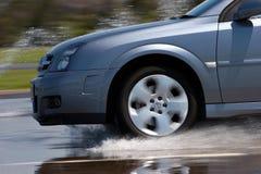 Modernes Fahrzeug-Antreiben auf nasse Straße Stockfoto