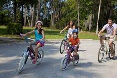 Modernes Familien-Muttergesellschaft-und Kind-Radfahren Lizenzfreie Stockfotos