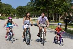 Modernes Familien-Muttergesellschaft-und Kind-Radfahren Stockfoto
