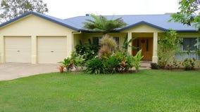 Modernes Familienhaus mit tropischem Garten stockfotos