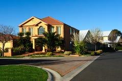 Modernes Familienheim auf einer neuen Straße Lizenzfreie Stockfotos