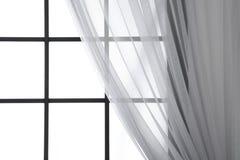 Modernes Fenster mit Vorhang im Raum, Nahaufnahme lizenzfreies stockfoto
