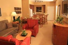 Modernes Ferienwohnzimmer Stockfoto
