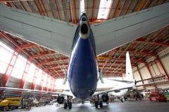 Modernes Flugzeug im Hangar Stockfoto