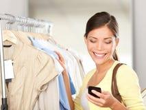 Modernes Fraueneinkaufen Lizenzfreie Stockfotos