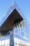 Modernes futuristisches Architekturgebäude und Mersedes-Benzsalon, Stockbild