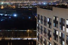 Modernes Gebäude des Hochhauses in den Glättungsfensterlichtern Zufälliges städtisches Stadtleben Verkehr auf der Straße lizenzfreies stockbild