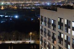 Modernes Gebäude des Hochhauses in den Glättungsfensterlichtern Zufälliges städtisches Stadtleben Verkehr auf der Straße stockbild