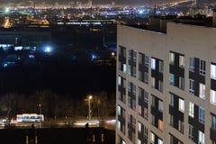 Modernes Gebäude des Hochhauses in den Glättungsfensterlichtern Zufälliges städtisches Stadtleben Verkehr auf der Straße Von der  stockbild