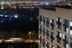 Modernes Gebäude des Hochhauses in den Glättungsfensterlichtern Zufälliges städtisches Stadtleben Verkehr auf der Straße Von der  lizenzfreie stockbilder