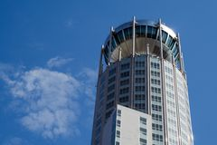 Modernes Gebäude auf blauem Himmel des Hintergrundes Stockbild