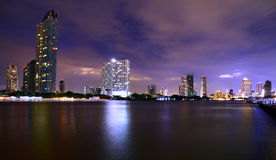 Modernes Gebäude auf dem Flussufer von Chaopraya-Fluss, Bangkok Thailand Lizenzfreies Stockfoto