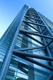 Modernes Gebäude auf einem Hintergrund des blauen Himmels. Stockbild