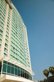 Modernes Gebäude auf einem Hintergrundhimmel stockbild