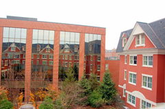 Modernes Gebäude, das altes Gebäude reflektiert Lizenzfreie Stockbilder