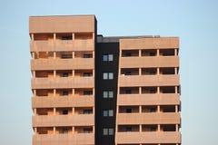 Modernes Gebäude für das Leben oder Büro Lochplatten werden bei der Fertigung benutzt Asymetrisch, mit Windows und Balkonen auf u lizenzfreies stockbild