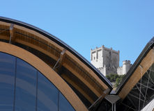 Modernes Gebäude gegen altes spanisches Schloss Lizenzfreies Stockbild