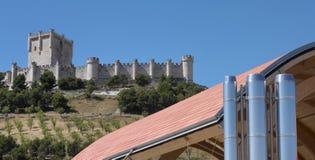 Modernes Gebäude gegen altes spanisches Schloss Lizenzfreie Stockbilder
