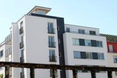 Modernes Gebäude hinter einem alten Zaun Stockfotografie