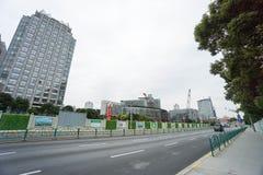 Modernes Gebäude im Bau entlang Straßenrand eingelassenem Shanghai Lizenzfreie Stockfotos