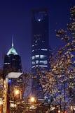 Modernes Gebäude mit Blume nachts Stockfoto