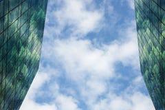 Modernes Gebäude mit dem Wald reflektiert in den Fenstern und Fassade, blauer Himmel und Wolken im Hintergrund Stützbar, niedrig stockbilder