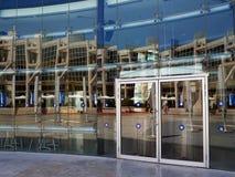 Modernes Gebäude mit plattierter Glasfassade Stockbild