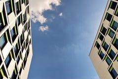 Modernes Gebäude Modernes Bürogebäude mit Fassade des Glases Stockfotos