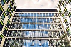 Modernes Gebäude Modernes Bürogebäude mit Fassade des Glases Lizenzfreie Stockfotos
