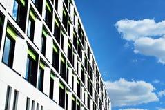 Modernes Gebäude Modernes Bürogebäude mit Fassade des Glases Stockbild