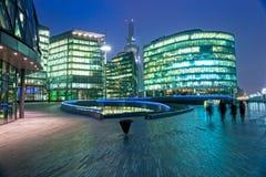 Modernes Gebäude nahe Kontrollturm Brücke, London. Lizenzfreie Stockfotografie