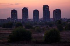 Modernes Gebäude am Rand der Stadt, nah an Natur Stockbild