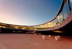 Modernes Gebäude am Sonnenuntergang Stockfotos