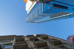 Modernes Gebäude und alte Wohnung in Hong Kong Lizenzfreies Stockfoto