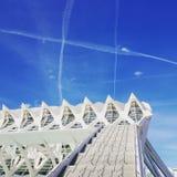 Modernes Gebäude und chemtrail nach Flugzeugen im Himmel stockfoto
