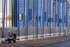 Modernes Gebäude und ein Roller Lizenzfreie Stockfotos