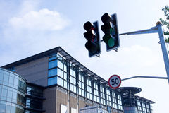 Modernes Gebäude und Verkehrszeichen Stockfotos
