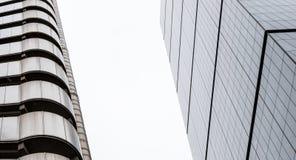 Modernes Gebäude-vertikales abstraktes Design mit Glas-Windows Lizenzfreie Stockbilder