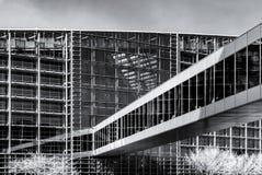 Modernes Gebäude vom Stahl und vom Glas, ummauern Infrarotansicht Lizenzfreie Stockbilder