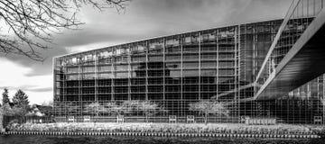 Modernes Gebäude vom Stahl und vom Glas, ummauern Infrarotansicht Stockfotografie