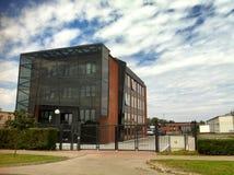Modernes Gebäude mit Glasaufzug Stockbilder