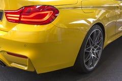 Modernes gelbes Luxusauto, hintere Scheinwerfernahaufnahme Konzept von teurem, Sport Selbst lizenzfreie stockbilder