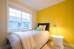 Modernes gelbes Schlafzimmer Stockfotografie