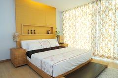 Modernes geräumiges Schlafzimmer lizenzfreie stockbilder