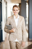 Modernes Geschäftsfraugehen Stockfotografie